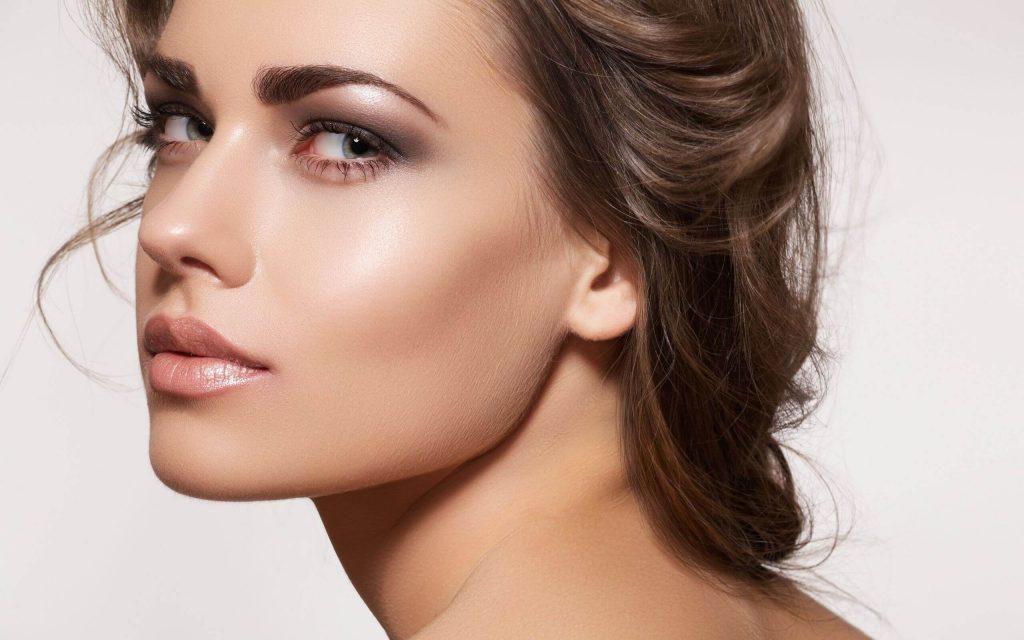 красивая девушка с макияжем скул